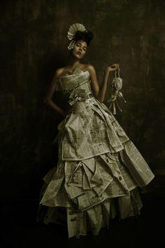 Un vestido con papel de periódico ::: OutsaPop Trashion ::: DIY fashion by Outi Pyy :::: News Paper Bride