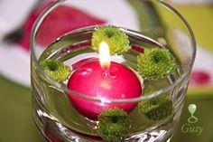 Plávajúca cyklamenová sviečka s kvietkami.