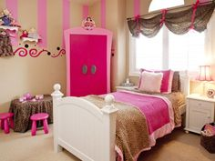 A scalloped valance in a trendy cheetah print secured with hot-pink ribbon is the perfect finishing touch for this lively girl's bedroom.