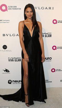 Shanina Shaik, vestido preto com fenda e decote