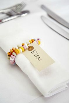 Papertie - Tischkarten & Sitzplan - DIY Hochzeit Roll up your sleeves and choose one (or all) of these 25 napkin rings to DIY before dinner time. Wedding Ideias, Candy Necklaces, Candy Bracelet, Bead Necklaces, Bracelets Diy, Candy Jewelry, Ear Jewelry, Fabric Jewelry, Ideas Party