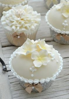 all white cupcakes ... perfect for a wedding ...