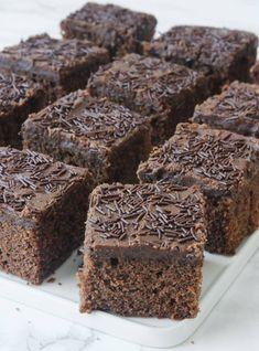 Som kärleksmums med med chokladströssel. Glasyren är galet god och strösslet ger en knaprighet som pricken över i. Delicious Desserts, Yummy Food, Fika, Food Cakes, Kitchen Recipes, Frosting, Nom Nom, Cake Recipes, Goodies