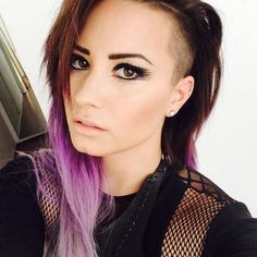 Really pretty cat eye makeup on Demi Lovato! This actually looks pretty hard to do hahah xD