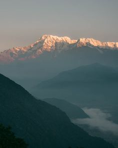 Sunrise on mountains in Nepal. What to do in the lakeside city of Pokhara, Nepal? Check our travel guide with tips on the best things to do and places to visit in the beautiful authentic Nepalese town bhewa Lake including World Peace Pagoda, Sarangkot, outdoor activities and more! #pokhara #nepal #adventure #asia #trekking Nearby Food, Nepal People, Nepal Culture, Travel Nepal, Great Place To Work, Take Off Your Shoes, Virtual Travel, Photographs Of People, Adventure Activities