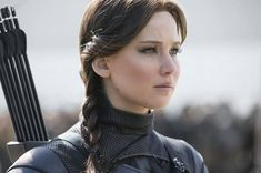 Katniss Everdeen (Jennifer Lawrence) is the star of the Hunger Games. Take a look at 10 character details about the champion of District Hunger Games Problems, Hunger Games Humor, Hunger Games Trilogy, Jennifer Lawrence Hunger Games, Jenifer Lawrence, Donald Sutherland, I Volunteer As Tribute, Johanna Mason, Entertainment
