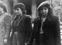 Un grupo de combatientes de la resistencia judía jóvenes están detenidas bajo arresto por soldados de las SS alemanas en abril / mayo de 1943, durante la destrucción del gueto de Varsovia por las tropas alemanas después de un levantamiento en el barrio judío.