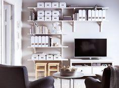 Mensole EKBY HEMNES/EKBY STILIG bianche e mobile TV HEMNES in legno trattato con mordente bianco