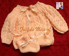 TRICÔ DA MÉIA Crochet Doll Clothes, Doll Clothes Patterns, Clothing Patterns, Bebe Baby, My Baby Girl, Cardigan Bebe, Baby Knitting, Baby Dress, Knit Crochet