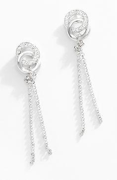 """Deja que el estilo """"lluvia"""" te sorprenda. Estos pendientes elegantes con delicadas cadenas colgantes de rodio y piedras de cristal, resaltarán tu rostro. Complementa tu set con el collar 116234 y pulsera 116235. Modelo: 116232"""