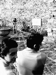 Telaio umano 01, Paola Besana, Teglio, Valtellina, 1977 / Paola Besana. Telai Umani / Dall'Austerità alla Partecipazione.