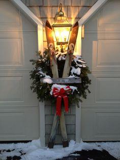 Old skis Christmas decoration Christmas Porch, Outdoor Christmas Decorations, Country Christmas, All Things Christmas, Winter Christmas, Christmas Time, Vintage Christmas, Christmas Wreaths, Holiday Decor