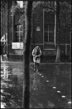 Henri Cartier-Bresson, Alberto Giacometti rue d'Alésia, Paris, 1961 ©/Magnum Photos Henri Cartier Bresson, Alberto Giacometti, Robert Mapplethorpe, Robert Doisneau, Magnum Photos, Ansel Adams, Black White Photos, Black And White Photography, Candid Photography
