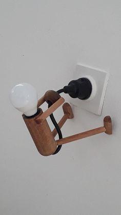 Grappig lampje - het lijkt een poppetje die aan zijn eigen snoer bungelt! #poppetje #lamp #hout