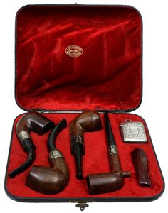 This antique, four-pipe set from Barling is an historical artifact from the Boer War. Although originally produced back in 1898, the set was presented by an Australian Infantry Company to a Royal Marine during the Boer War on May 10, 1900 — a date noted on the silver badge located along the top of its vintage case.