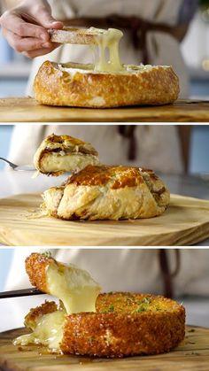 Receita com instruções em vídeo: Descubra 3 maneiras deliciosas de comer o cremoso e macio queijo brie.  Ingredientes: 1 pão italiano, 1 queijo brie, 1 colher de chá de alecrim
