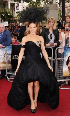 Sarah Jessica Parker Photos - Sarah Jessica Parker attends the UK premiere of Sex And The City 2 at Odeon Leicester Square on May 2010 in London, England. - Sex And The City 2 - UK Premiere - Red Carpet Arrivals Sarah Jessica Parker, Alexander Mcqueen Kleider, Alexander Mcqueen Dresses, Soho, Parker Men, Mullet Dress, Philip Treacy Hats, Black Bustier, Dress Black