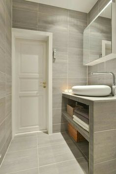 Bolig til salgs Bathroom Spa, Bathroom Toilets, Downstairs Bathroom, Bathroom Layout, Modern Bathroom, Small Bathroom, Washroom Design, Bathroom Design Luxury, Ideas Baños