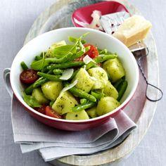 Kartoffelsalat mit Bohnen, Tomaten und Pesto-Dressing Rezept | LECKER