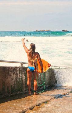 Paticortica pero igual le alcanzan para surfear.