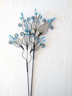 Zvoneček - zápich modrý Zvoneček je vyroben ze žíhaného drátu, který je dozdoben skleněnými korálky. Velikost celého květenství je cca 14x12cm, délka celého zápichu je cca37cm. Zápich můžete použít nejen do květináčů, ale i do suchých vazeb. Cena za kus. Drát je ošetřen proti korozi, ve velmi vlhkém prostředí může chytit patinu rzi.