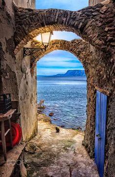 Foto: CALABRIA Calabria, es una región del sur de Italia. Calabria constituye la punta de la península italiana; limita al norte con la región de Basilicata, al oeste con el mar Tirreno, al noreste con el golfo .