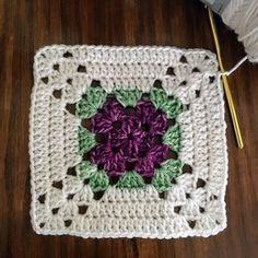 Just working on a pretty granny square. Just working on a pretty granny square. Crochet Motifs, Granny Square Crochet Pattern, Crochet Blocks, Crochet Stitches Patterns, Crochet Squares, Crochet Granny, Crochet Designs, Granny Squares, Crochet Flower