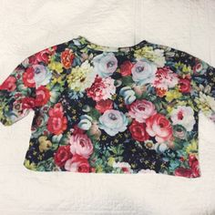 Forever 21 floral crop top Never worn out. Such a beautiful design and super comfortable! Forever 21 Tops Crop Tops