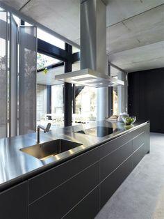 Avec le développement du monobloc bulthaup b3, bulthaup poursuit son travail continu d'innovation et propose un nouveau jalon pour l'architecture sculpturale de la cuisine. Le corps en inox sans joints se place résolument dans la lignée de l'aménagement minimaliste de bulthaup b3.