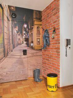 MIESZKANIE. Fototapetą z uliczką w Barcelonie pokryto iścianę, i drzwi wejścio?we. Napodłodze -dębowe klepki ułożone w ...
