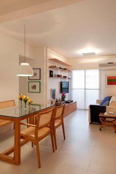 Lustre ou pendente sobre a mesa de jantar + móveis do mesmo tom de madeira