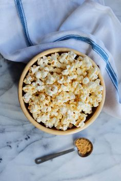 Make a healthy bag of popcorn from the comfort of your home, perfect for an easy snack. Who doesn't love curling up with some popcorn and a good movie? Use these tips to make your next homemade batch perfect. Easy Snacks, Healthy Snacks, Healthy Recipes, Yummy Treats, Yummy Food, Tasty, Healthy Cooking, Healthy Eating, Homemade Popcorn