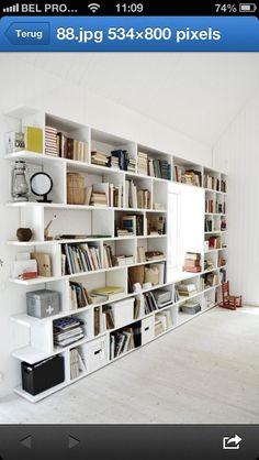 boekenkast over de hele muur