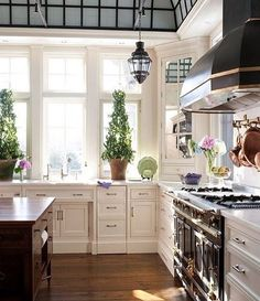 How amazing is this Kitchen! Loving the contrasting colours of the black appliances and white cabinets + the hardwood floor(Source:dyingofcute) #kitchen #kitchendesign #kitchenideas #kitchendecor #kitcheninspo #whitecabinets #hardwoodfloors #timberfloors #hamptons #hamptonstyle #classickitchen #homedesign #housedesign #homeliving #interiordesign #interiorstyling