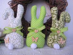 3 Häschen in grün von Schmuseschneckchen auf DaWanda.com Easter Peeps, Easter Art, Easter Crafts, Easter Bunny, Rabbit Crafts, Diy Ostern, Fabric Toys, Felt Christmas Ornaments, Vintage Easter