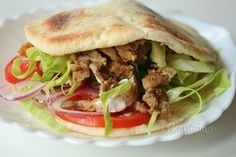 Kurací kebab v pita placke Pulled Pork, Street Food, Food And Drink, Pizza, Recipies, Treats, Cooking, Ethnic Recipes, Tortillas