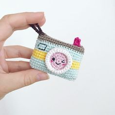 Camera amigurumi This Kawaii Camera Keychain Free Crochet Pattern is a cute and easy pattern that works as a gift. Crochet Gifts, Crochet Dolls, Crochet Yarn, Free Crochet, Amigurumi Patterns, Crochet Patterns, Crochet Camera, Crochet Keychain Pattern, Accessoires Barbie