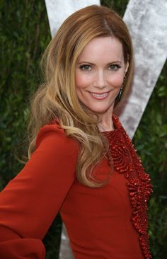 """Leslie Mann is an American actress best known for her roles in comedic films such as Elle named her """"Hollywood's queen of comedy"""". Leslie Mann, Cameron Diaz, Queens Of Comedy, Vanity Fair Oscar Party, Beautiful Actresses, American Actress, Pretty Woman, Redheads, Hair Makeup"""