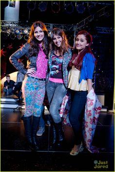 """Victoria Justice, Daniella Monet  Ariana Grande in """"Victorious"""""""