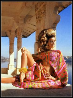 Photographed at Jag Mandir Palace, Udaipur by Henry Clarke for VOGUE, Forquet silk organza shawl and dhoti pants, Mimi di N earrings, Coppola & Toppo anklet. Samantha Jones, Patti Hansen, Lauren Hutton, Sophia Loren, Style Année 60, Sixties Fashion, Silk Organza, Mode Vintage, Up Girl