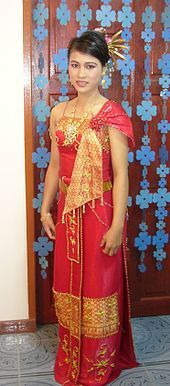 Traditional red female Thai dress - Nusscharin at minor age - 2004 - Traditional Thai clothing - Wikipedia Traditional Thai Clothing, Traditional Fashion, Traditional Dresses, Culture Of Thailand, Thailand Fashion, Thai Dress, International Style, Beautiful Costumes, Tall Women