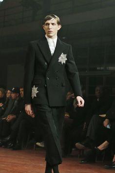 """Eindrücke von den London Collections Men: Auch Anzüge können Burton zufolge Uniformen sein: """"Sie geben einem das Gefühl von Zugehörigkeit."""" Sterne glitzern auf der Brust wie Orden – und erinnern daran, dass die Designerin 2012 mit dem """"Order of the British Empire"""" ausgezeichnet wurde."""