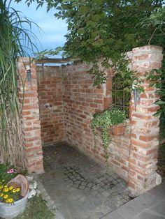 Ideen für den Sichtschutz von Gartenduschen - In diesem rustikalen Mauerwerk…