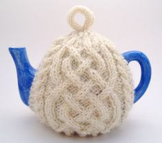 The ultimate Irish knit tea cosy: Celtic knot knit tea cozy for your teapot; handmade by Nana@cutiepiehats.com