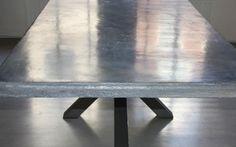 Sienna Sasso tafelblad, lichtblauw gepolijst stucwerk van gemalen steen, hier aangebracht op een ondergrond van spaanplaat. Het steenstuc is toepasbaar op alle ondergronden, dus ook op het houten blad van je oude tafel. Kijk voor meer inspiratie bij Kleurstuc.nl