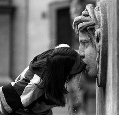 Henri Cartier-Bresson  (1908-2004, France) | Bacio alla Fonte
