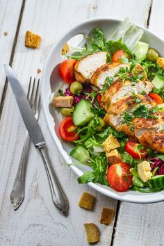 Σαλάτα με κοτόπουλο λαχανικά και σος γιαούρτι