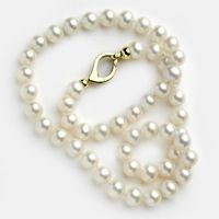 A precious pearl necklace with gold clasp. Beautifully when worn alone or layered with another pearl necklace. Latest Fashion, Pearl Necklace, Stone, Unique, Bracelets, Silver, Gold, Beauty, Jewelry