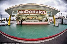 It is located a few miles from Los Angeles's oldest restaurant belonging to the famous chain McDonald's still in operation today. It was opened more than 60 years ago, precisely in 1953, and still retains its old look distinguished from the restaurants that today belong to the famous fast food McDonald's.