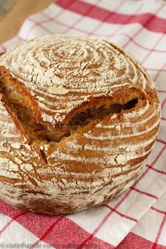 O pão integral feito com o fermento natural tem uma casca crocante e um miolo denso. Seu sabor é bem diferente e bem característico.